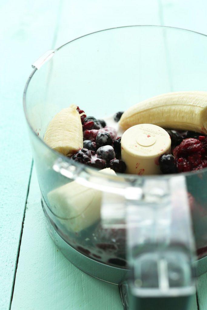 Бананово-ягодный пудинг с семенами конопли