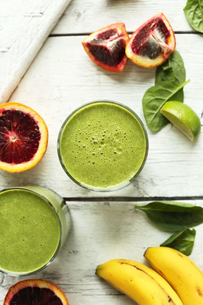 Зеленый смузи из красного апельсина