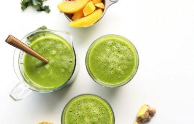 Зеленый смузи из манго, имбиря и кале