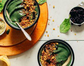 Сыроедческий Зеленый Смузи-Боул с Арахисовой Пастой