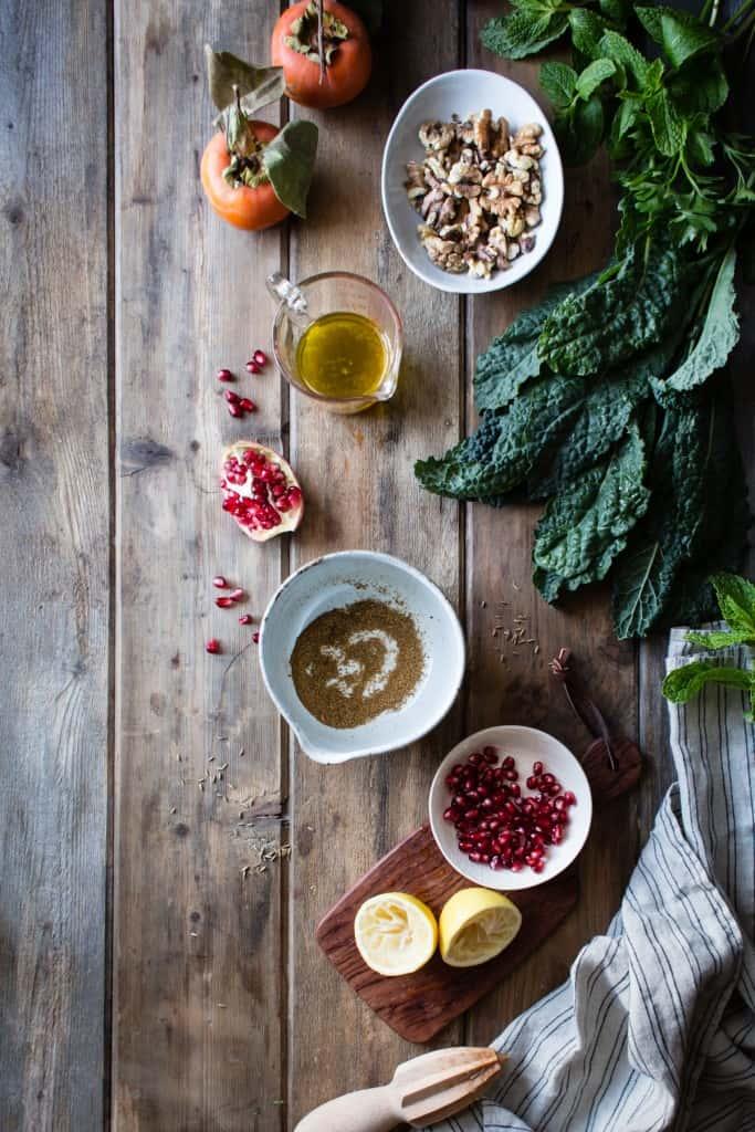 Сыроедческий Салат из Пряной Кале и Хурмы
